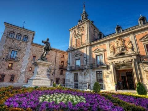 Walk through Madrid and the Royal Palace with guided tour
